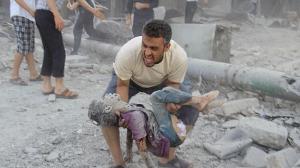 Hombre sirio recoge el cuerpo de su hijo en una calle de Alepo. El odio y la muerte como fruto del miedo. Khaled Khatib (AFP)